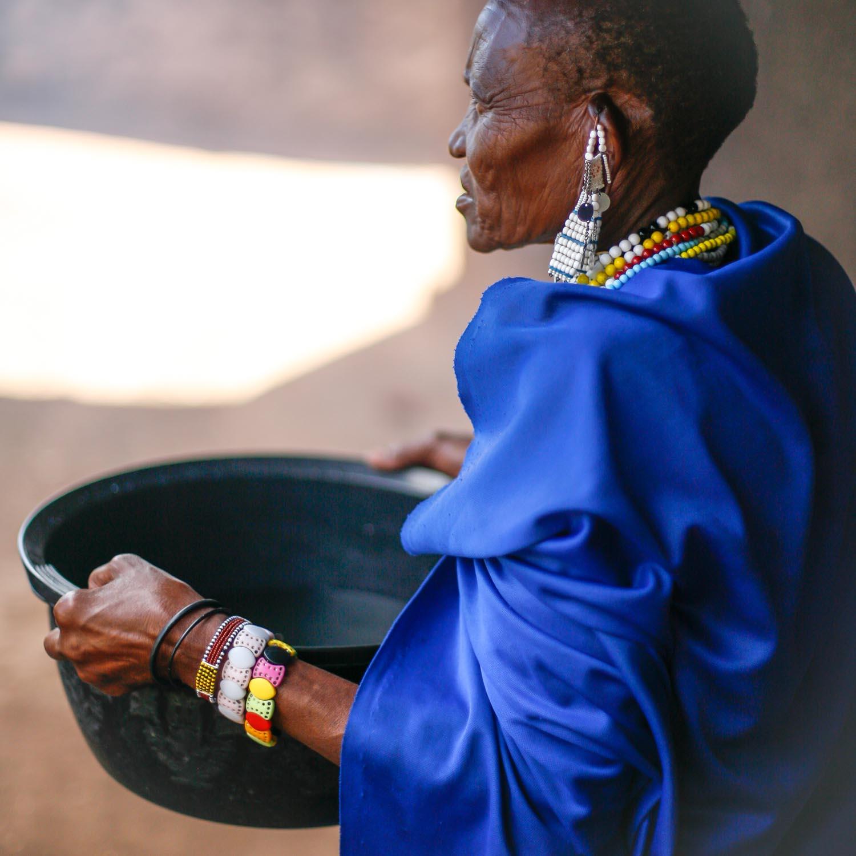 In der Spitalküche mit Massai Frau  (GH) 091130724