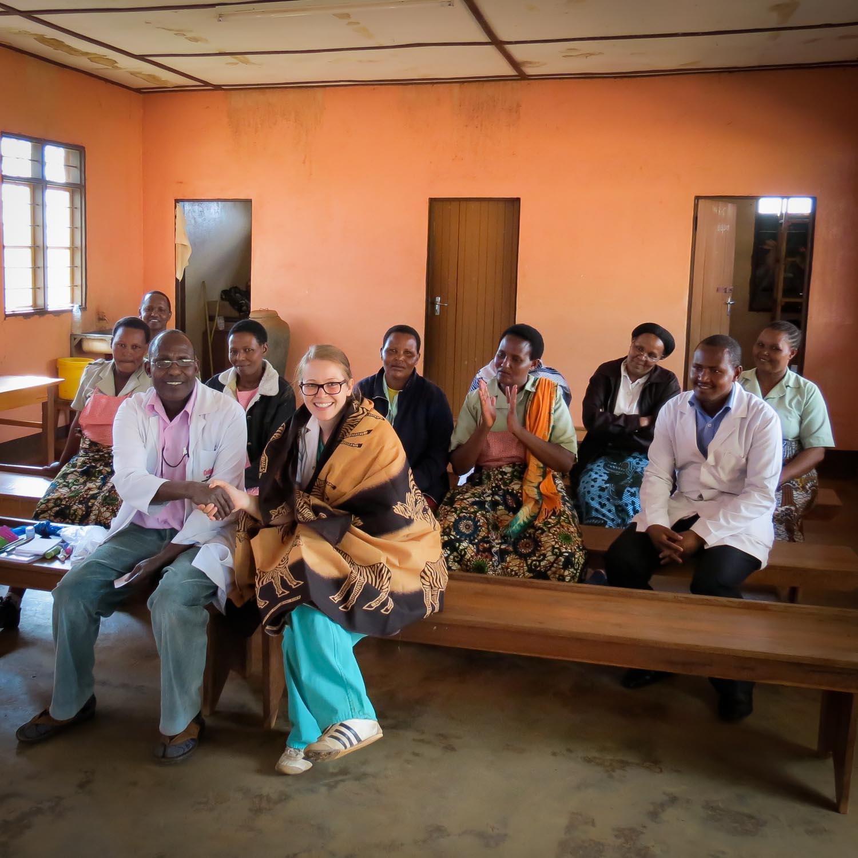 Spitalteam des Health Center Endamarariek mit Schwestern und Aerzten aus Tanzania und der Schweiz. (Bild Dr. Evelyn Studer)