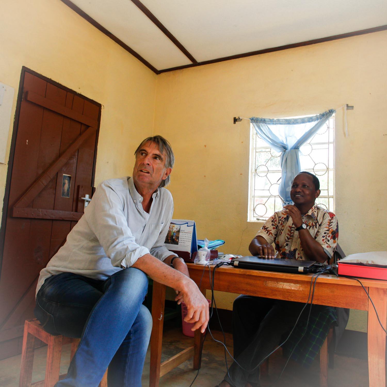 Verwalter Barnabas Daffi und Dr. Sales Huber (GH)  160916767